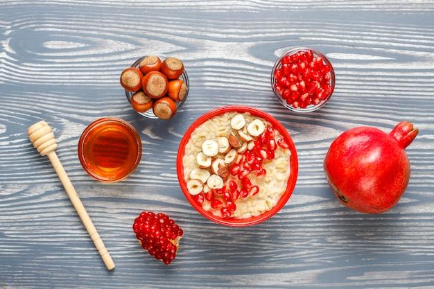 Owsianka owsiana z jabłkami i cynamonem.