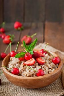 Owsianka owsiana z jagodami w białej misce