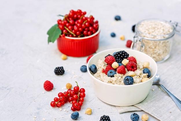 Owsianka z malinami, jagodami, jeżynami i orzechami