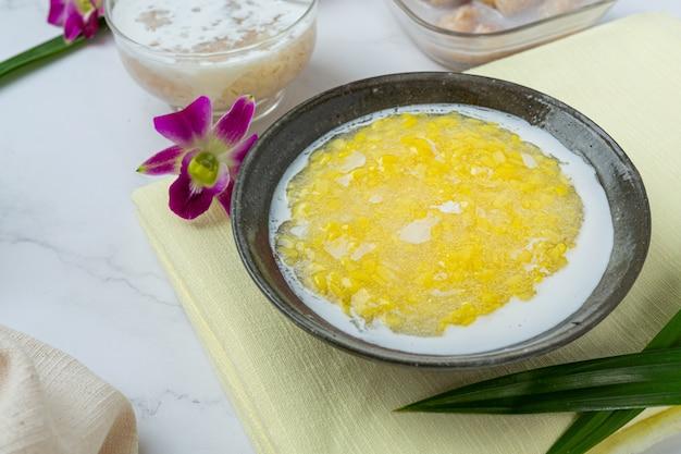 Owsianka ze słodkiej fasoli mung z recepturą mleka kokosowego (tao suan).