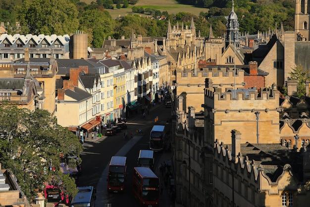 Oxford, wielka brytania - 20 września 2019 r .: widoki na ruchliwą oxford high street z piętrowymi autobusami na drodze