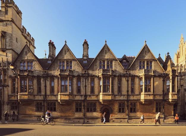 Oxford, wielka brytania - 20 września 2019: widok z high street i cornmarket street w centrum miasta, oxford, anglia