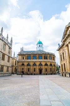 Oxford, wielka brytania - 29 sierpnia 2019 r .; teatr sheldonian. teatr sheldonian został zbudowany w latach 1664–1669 dla uniwersytetu oksfordzkiego i służył do koncertów muzycznych, wykładów i uroczystości uniwersyteckich.