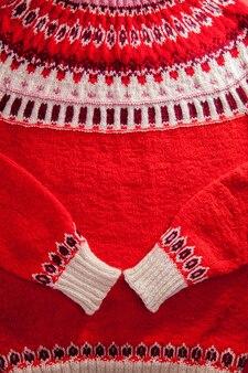 Ozdoba czerwono-białego islandzkiego swetra. dzianiny zimowe ubrania.