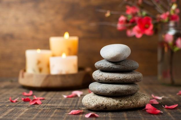 Ozdoba kamieniami spa i zapalonymi świecami