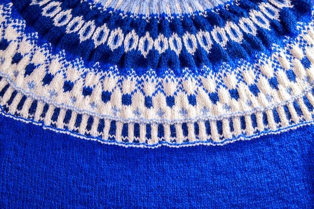 Ozdoba niebiesko-białego islandzkiego swetra. dzianiny zimowe ubrania.