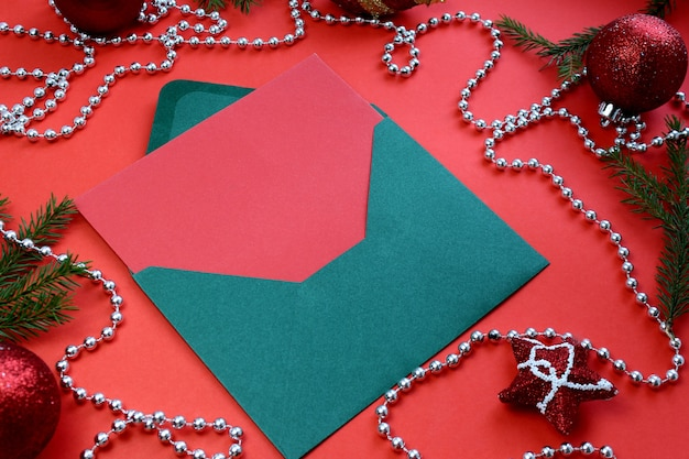Ozdoba świąteczna, koperta i kartka papieru do napisania listu z życzeniami.