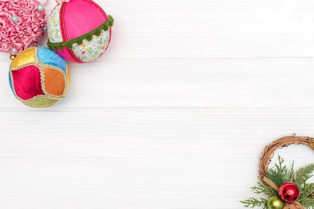 Ozdoba świąteczno-noworoczna wykonana z ramy narożnej z ozdobami noworocznymi