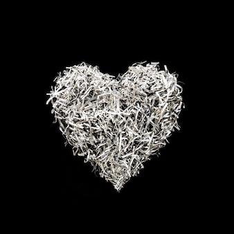 Ozdoba w kształcie serca z papierowej grafiki na czarnym tle