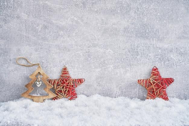 Ozdoba w śniegu na szarym tle. .