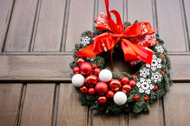 Ozdoba wieniec przy drzwiach na święta bożego narodzenia