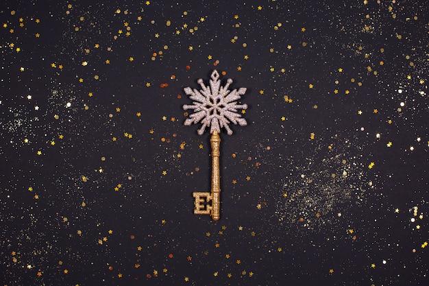 Ozdoba ze złotego klucza z brokatem
