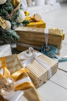 Ozdobione pudełka na prezenty pod choinkę.