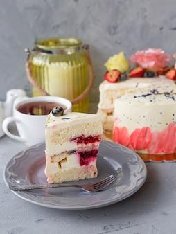 Ozdobiony kwiatami biały nagi tort. słodycze udekorowane świeżymi jagodami i kwiatami na wakacje