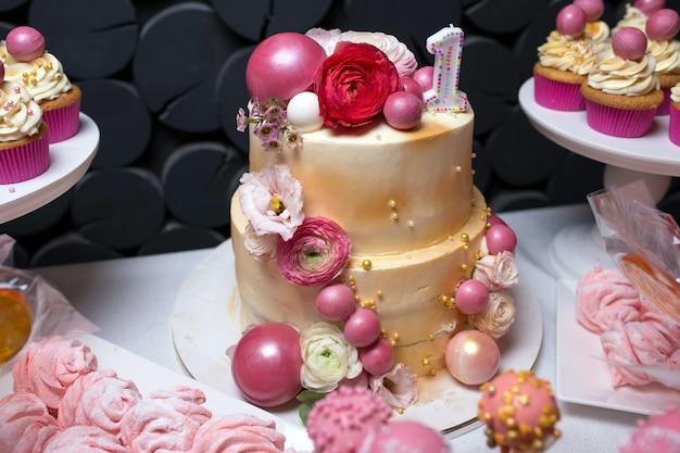 Ozdobiony kwiatami numer jeden tort urodzinowy
