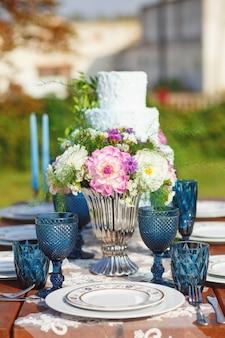 Ozdobiony na elegancki ślubny stół