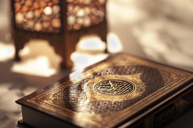 Ozdobna arabska latarnia z płonącą świecą