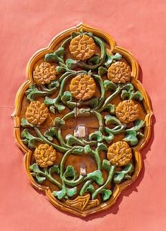Ozdobna ceramiczna dekoracja na ścianie zakazanego miasta - pekin, chiny