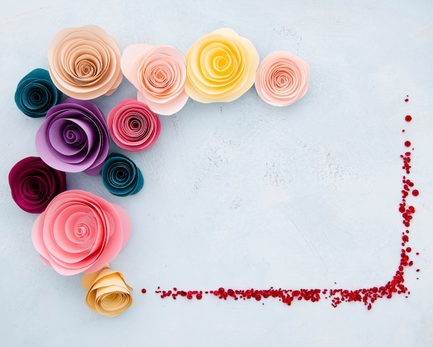 Ozdobna rama z płaskich kwiatów z papierowymi kwiatami