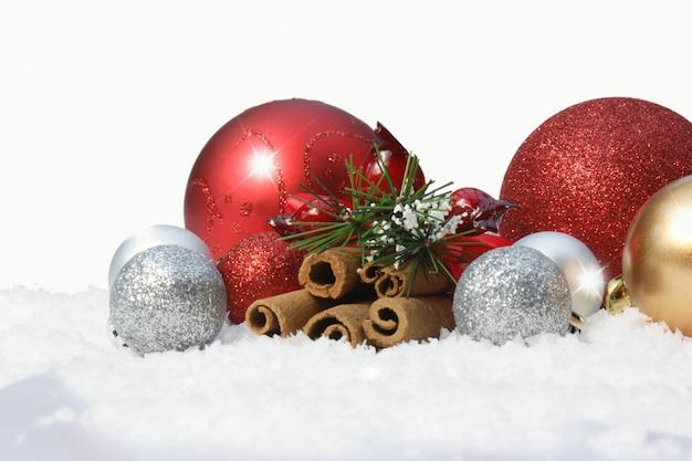 Ozdobne bombki świąteczne w śniegu