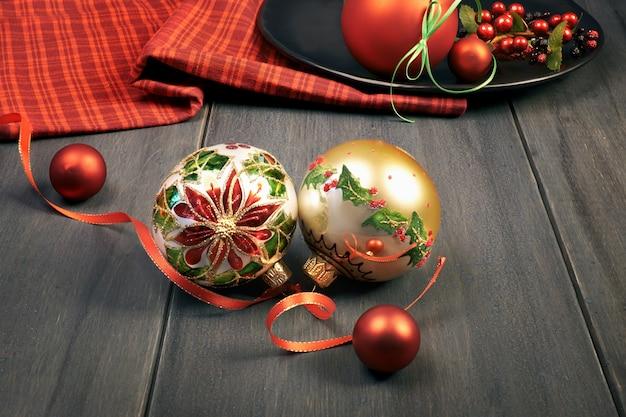 Ozdobne bombki z motywem christmas star na drewnie