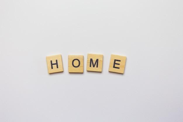 Ozdobne drewniane litery tworzące widok z góry do domu.