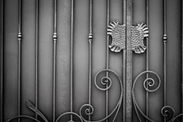 Ozdobne kute elementy metalowej dekoracji bramy.