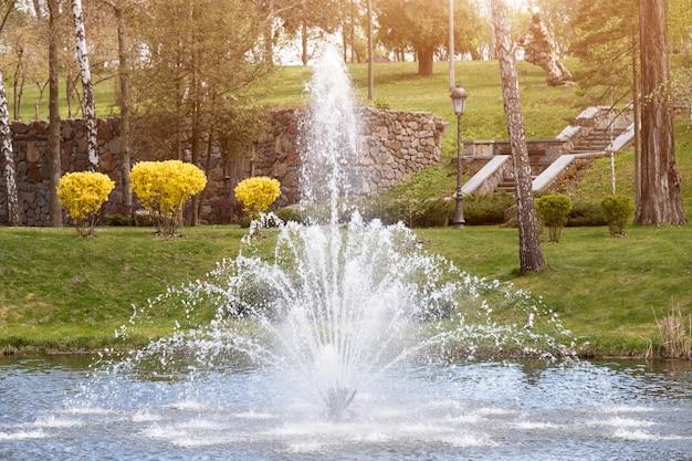 Ozdobne ogrody z jeziorem, kwitnącymi krzewami i fontanną
