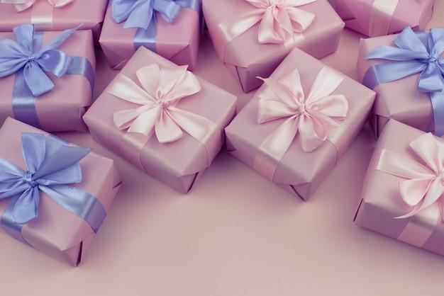 Ozdobne pudełka na wakacje z różowym kolorze na różowym tle