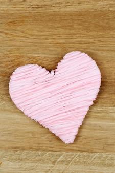 Ozdobne serce na drewnianym