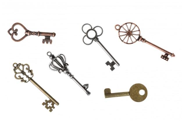 Ozdobne średniowieczne klucze vintage do projektowania. na białym tle