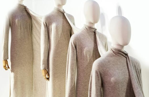 Ozdobne ubranie na manekinach w sklepie odzieżowym.