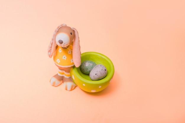 Ozdobny królik z mini czekoladowymi jajkami