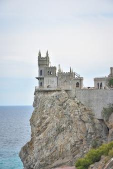 Ozdobny neogotycki zamek jaskółcze gniazdo na skale nad morzem czarnym