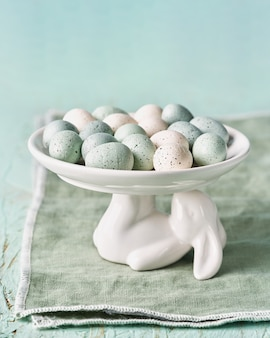 Ozdobny styropianowy stojak na jajka wielkanocne w kształcie królika