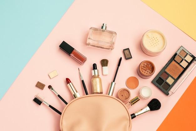 Ozdobny zestaw kosmetyczny z różowej kosmetyczki