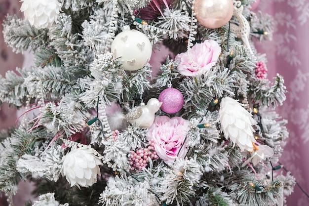 Ozdoby choinkowe i drzewo na tle. różowe odcienie.