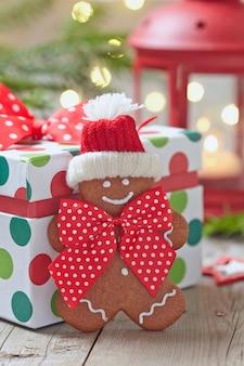 Ozdoby choinkowe z ludzikiem z piernika i pudełkiem na prezent