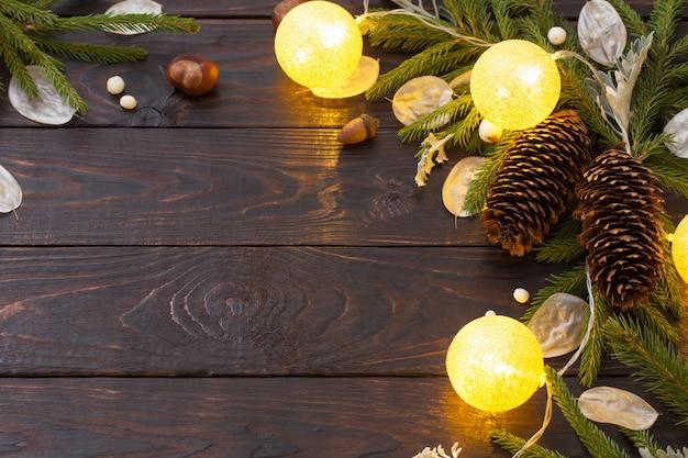 Ozdoby choinkowe z oświetleniem na ciemnym drewnie