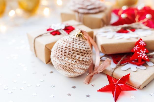 Ozdoby choinkowe z ręcznie robioną na szydełku piłką i prezentami