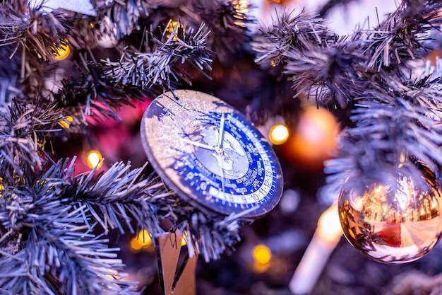 Ozdoby na choinkę. choinka z pięknymi zabawkami i kompasem. koncepcja ferie zimowe.