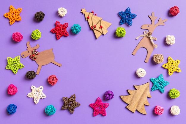 Ozdoby noworoczne na fioletowo. świąteczne gwiazdy i bale.