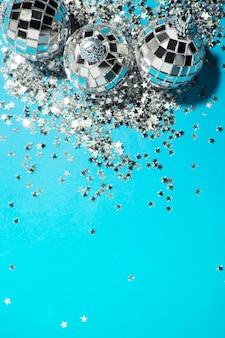 Ozdoby srebrne bombki w pobliżu gwiazd dekoracyjnych
