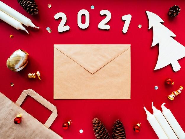 Ozdoby świąteczne, drewniane cyfry 2021 i koperta z papieru kraftowego