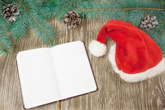 Ozdoby świąteczne, gałęzie jodły i notatnik z długopisem
