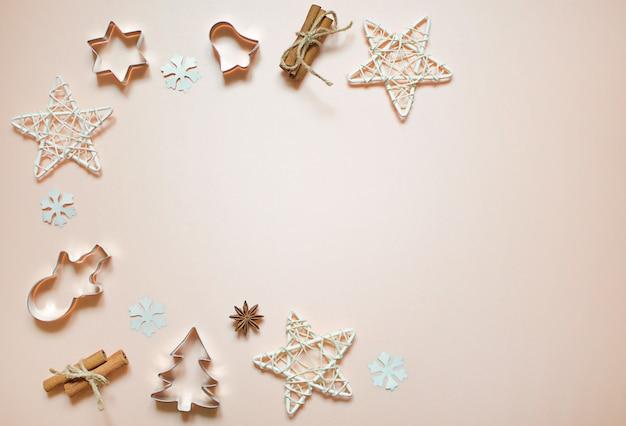 Ozdoby świąteczne: gwiazdki, zabawki, płatki śniegu. formy noworoczne na ciasteczka: choinka, bałwan, dzwonek. leżał na płasko.