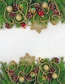 Ozdoby świąteczne i gałązka świerkowa i szyszki na białym