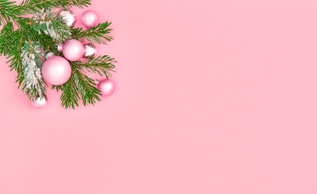 Ozdoby świąteczne i ozdoby różowe tło