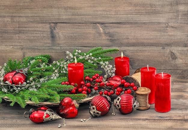 Ozdoby świąteczne i płonące świeczki. tło świąteczne 2 adwent