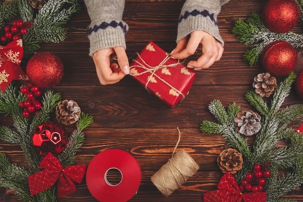 Ozdoby świąteczne i prezent na drewniany widok z góry